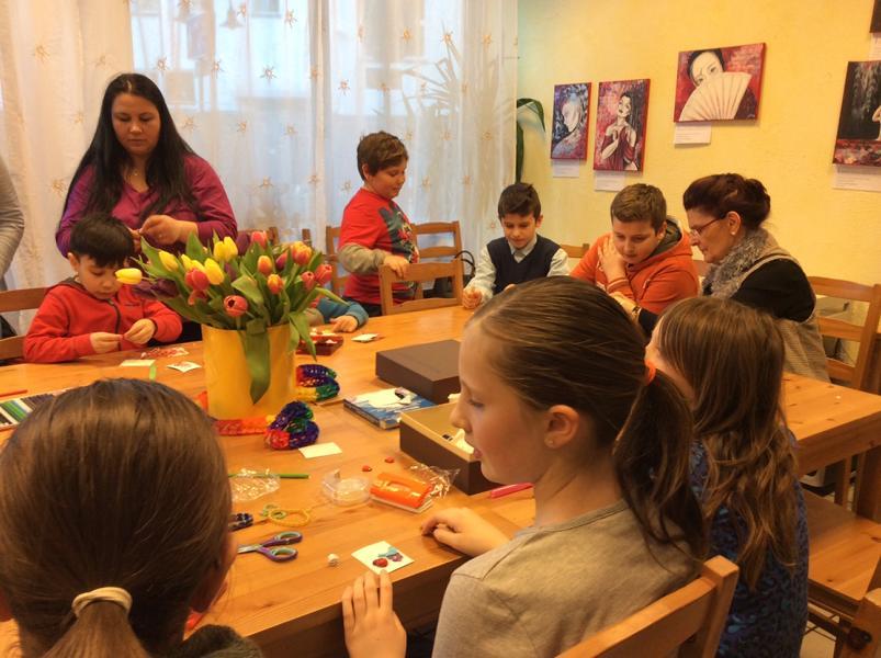 Confecţionăm mărţişoare în atelierul de creaţie, martie 2015