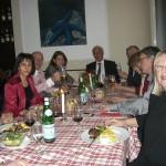 Continuam seara cu prieteni vechi si noi:  Mihai Rusu (între Brândusa Massion si Carmen Adam), Ion Dumitru, arh. Dan Ciudin si Carmen Pompey  de la  Apoziţia/München, între ei Lucian Glas, presedinte LARG/Stuttgart, si Juliana Müller din Berlin