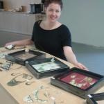 Kara Molnar din Frankfurt participă cu tablouri în acril pe pânză şi cu bijuterii la ...