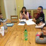 Şcolarii încep să scrie.