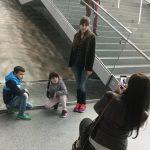 Elena și copiii ei lângă cascadă