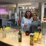 Carmen Adam & Schwiegertochter füllen die Gläser.